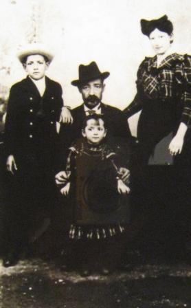 1912. godina. Šemaja Demajo sa sinom Hajimom i ćerkama Rivkom i Simhom/Sonjom