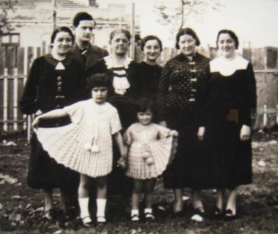 1937. godina, Sara Demajo okružena ćerkama i unukama