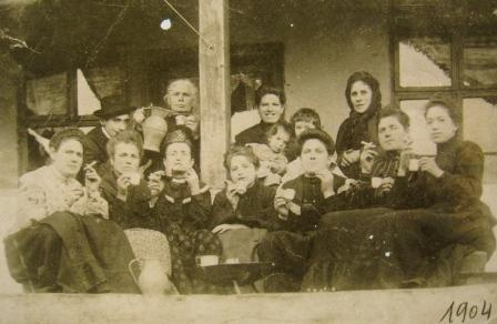 1904. godine Sara Demajo sa prijateljicama