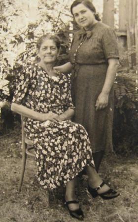 1935. godineSara Demajo sa prijateljicom